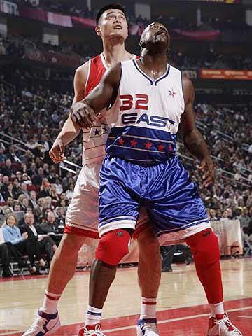 NBA图:全明星对抗赛 姚明和奥尼尔的较量