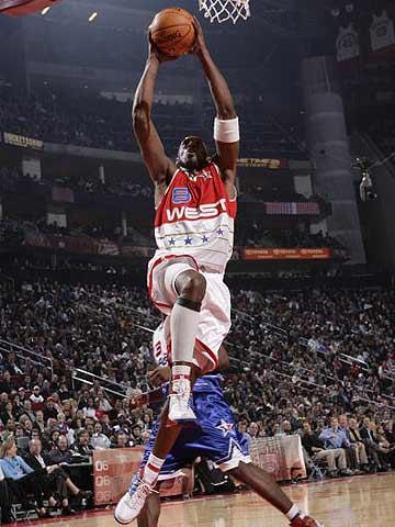 NBA图:东西部明星对抗赛 科比在比赛中扣篮