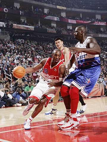 NBA图:东西部明星对抗赛 科比底线突破