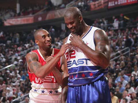 NBA图:东西部对抗赛 科比和奥尼尔场上交谈