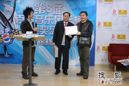 图:评审团主席刘欢与周锦昌先生揭晓提名