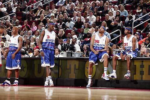NBA图:东西部全明星对抗赛 活塞四虎等待上场