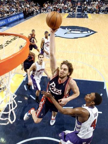 NBA图:灰熊主场奏凯歌 加索尔是灰熊的英雄