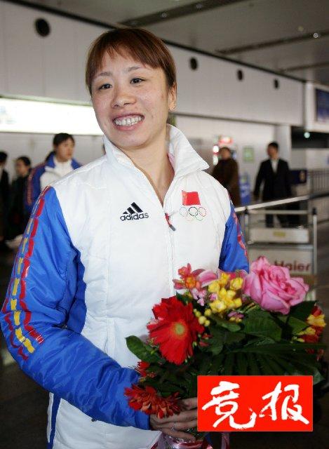 王曼丽享受假期 昨日回国笑脸面对媒体采访(图)