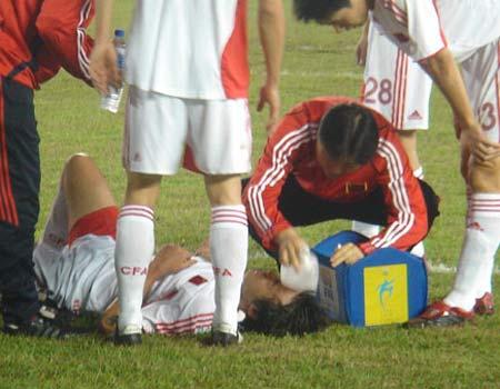 图文:亚洲杯预选赛中国2-0巴勒斯坦 杜威受伤