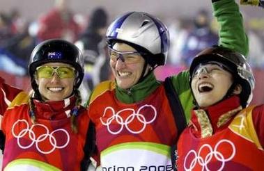 图文:女子自由式滑雪比赛 前三名兴高采烈