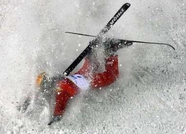 图文:女子自由式滑雪 心心最后一跳出现失误