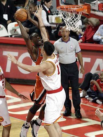 NBA图:火箭VS快船 姚明封盖布兰德
