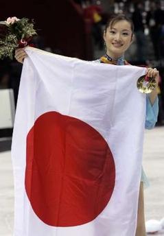 图文:冬奥花样滑冰女单自由滑 冠军展示国旗