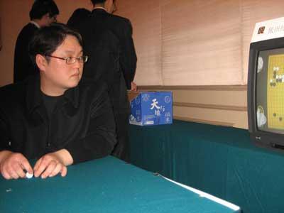 图文:第七届农心杯第14局 李昌镐之弟紧盯对局