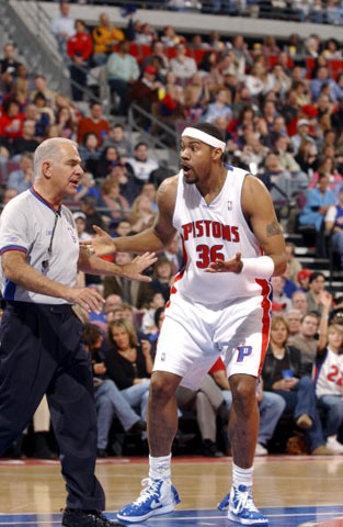 NBA图:活塞战胜步行者 拉希德向裁判申诉