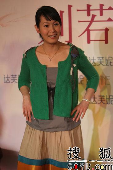 刘若英现身北京代言达芙妮 绝口不答无关问题