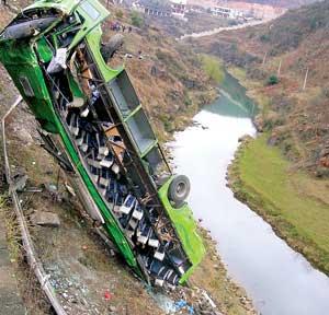 贵州大巴翻落高中受伤23人造成27人遇难(河谷轻松怎样组图图片