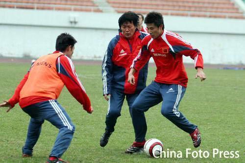图文:国足广州训练 针对伊拉克狂练头球、突破