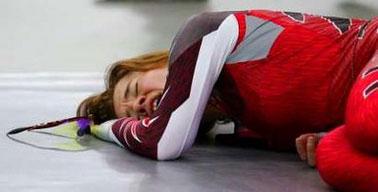 图文:速度滑冰女子5000米 休斯夺冠后激动倒地