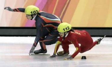 图文:短道速滑女子1000米 杨扬被撞倒地的瞬间