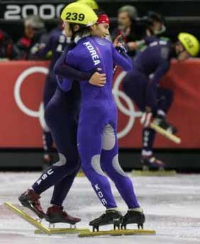 图文:短道速滑男子5000米接力 安贤洙拥抱阿波罗