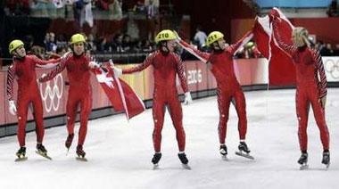 图文:短道速滑男子5000米接力 加拿大庆祝亚军