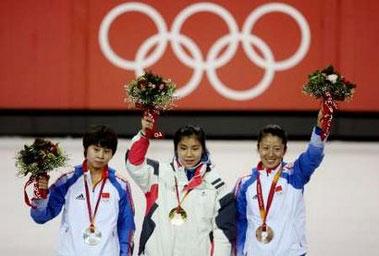 图文:短道速滑女子1000米 奖牌得主向观众致意
