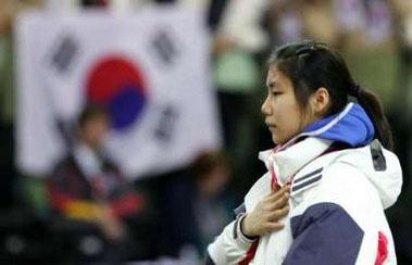 图文:短道速滑女子1000米 冠军陈善有受颁金牌
