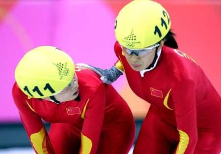 图文:短道速滑女子1000米 冲过终点的杨扬王濛