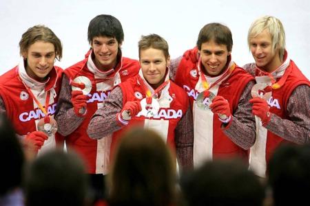 图文:韩国队力压加拿大夺魁 加拿大队展示银牌