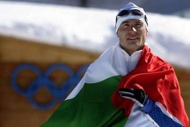 图文:越野滑雪男子50公里 身披国旗的吉奥尔吉奥
