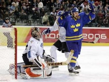 图文:冬奥会男子冰球决赛 瑞典队托马斯进球