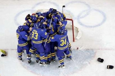 图文:冬奥会男子冰球决赛 瑞典队集体庆祝