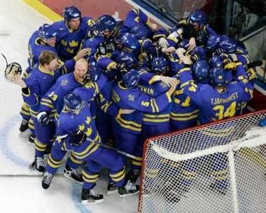 图文:冬奥会男子冰球决赛 抱做一团庆祝的瑞典队
