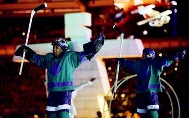 图文:都灵冬奥会闭幕式 加拿大代表团在庆祝