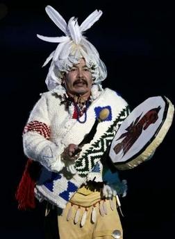 图文:冬奥会闭幕式 来自加拿大的土著表演者