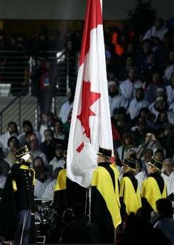 图文:都灵冬奥会闭幕式 升加拿大国旗