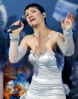 图文:都灵冬奥会闭幕式 意大利歌唱家激情高歌