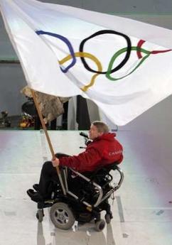 图文:都灵冬奥会闭幕式 温哥华市长手举五环旗