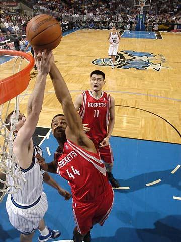 NBA图:火箭胜魔术 哈耶斯篮下受阻