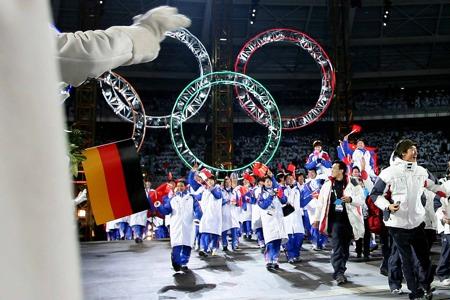 图文:都灵冬奥会闭幕式 中国代表团步入会场