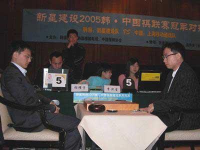 图文:中韩围棋联赛冠军对抗 胡耀宇迎战李熙星