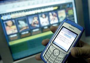 """在""""电影之家""""网站上,用户输入手机号注册后,始终未获得登录密码,收到的只是一连串价格高昂的聊天短信。(京华时报2月13日报道)"""