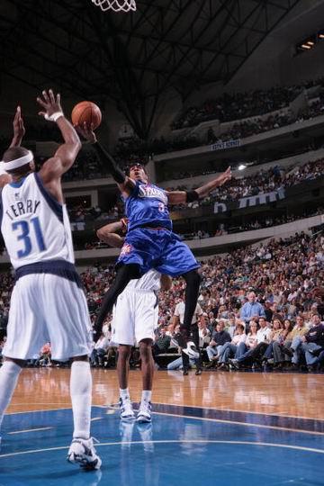 NBA图:小牛104-92胜76人 艾弗森飞身上篮