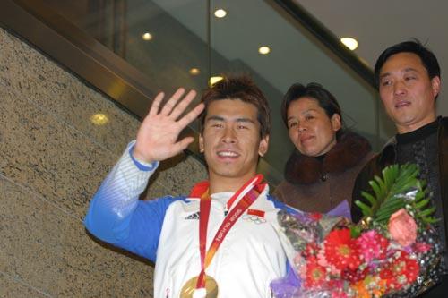 图文:冬奥会中国军团返回北京 韩晓鹏挥手致意