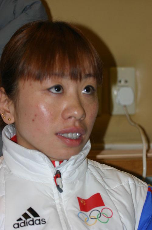 图文:冬奥会中国军团返京 王曼丽接受采访