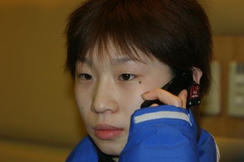 图文:冬奥会中国军团返京 张丹电话报喜
