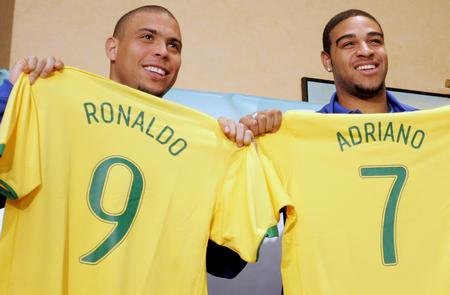 图文:巴西友谊赛战俄罗斯 罗纳尔多展示新球衣