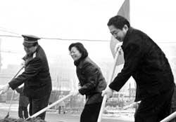 迎奥运环境改善日活动 通州领导冒雪挥锹整环境