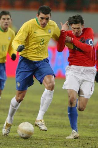 图文:巴西vs俄罗斯 卢西奥遭遇斯梅尔京的阻截