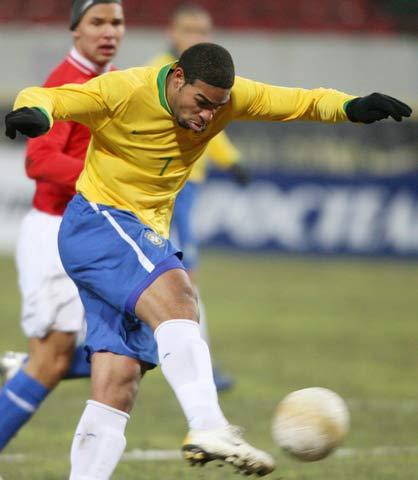 图文:巴西vs俄罗斯 阿德里亚诺的射门瞬间