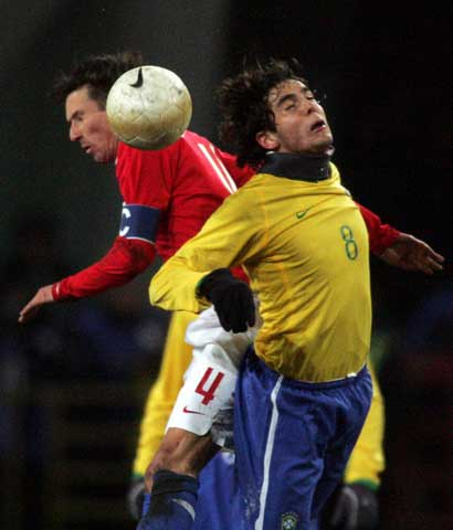图文:巴西vs俄罗斯 卡卡与斯梅尔京争顶