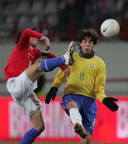 图文:巴西vs俄罗斯 卡卡友谊赛的任务也不轻松