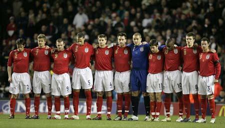 图文:英格兰vs乌拉圭 英格兰将士赛前默哀